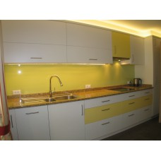 Cucina in legno nobilitato bianco giallo