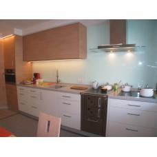 Cucina in laminato bianco con parti di legno